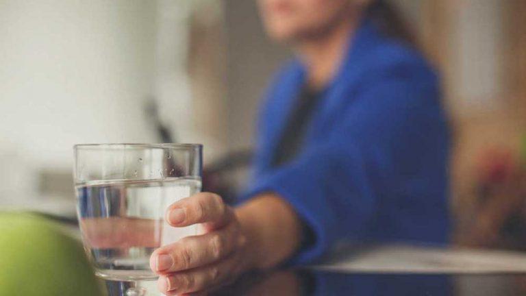 آیا نوشیدن ۸ لیوان آب در روز واقعا ضروری است؟
