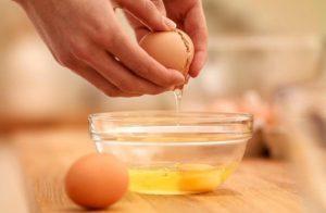 ۱۰ خاصیت بی نظیر سفیده تخم مرغ برای پوست و مو