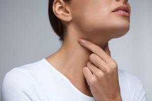 ۱۲ درمان سریع گلو درد در خانه