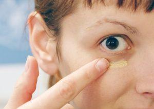۱۰ راه موثر برای درمان پف زیر چشم