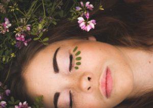 رشد مژه به صورت طبیعی و با استفاده از روغن ها و سرم های خانگی و موثر