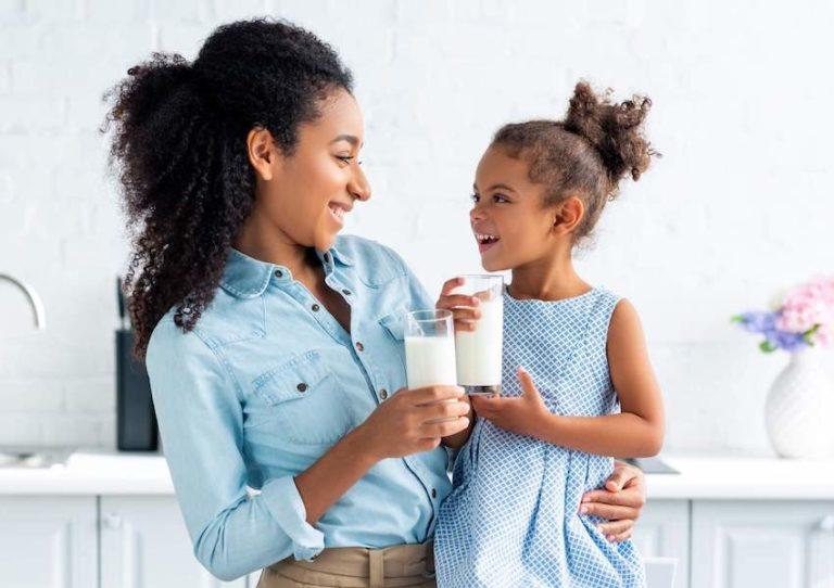 فواید بی نظیر نوشیدن شیر در شب برای سلامت، زیبایی و تناسب اندام