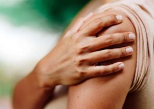 هر آنچه باید درباره علت درد بازو و درمان آن بدانید