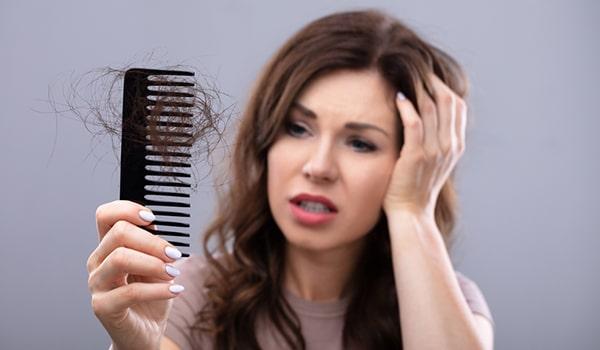 ریزش مو در زنان: ۱۱ علت شایع ریزش مو در زنان