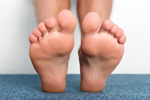 دلایل داغ شدن کف پا و درمان آن