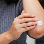 رفع سیاهی زانو و آرنج با روش های طبیعی و موثر