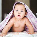 نوزادان چه زمانی می توانند سر خود را بالا نگه دارند؟