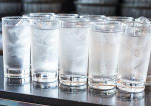 فواید و خطرات نوشیدن آب سرد چه هستند؟
