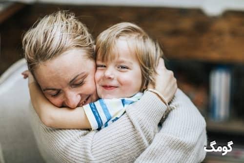 ۱۲ فایده بغل کردن کودکان و اثرات منفی بغل نکردن آن ها